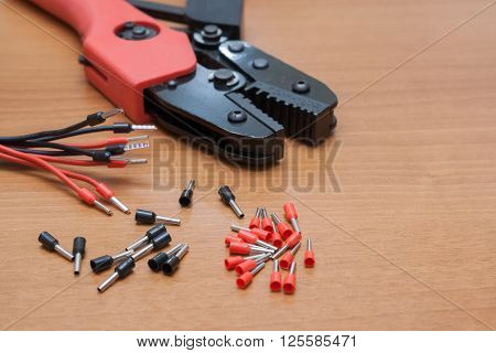 Set for the installation of wiring press crimping pliers for insulated terminals and connectors.