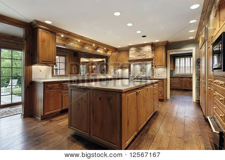 Tradiitional Kitchen With Oak Wood Cabinetry
