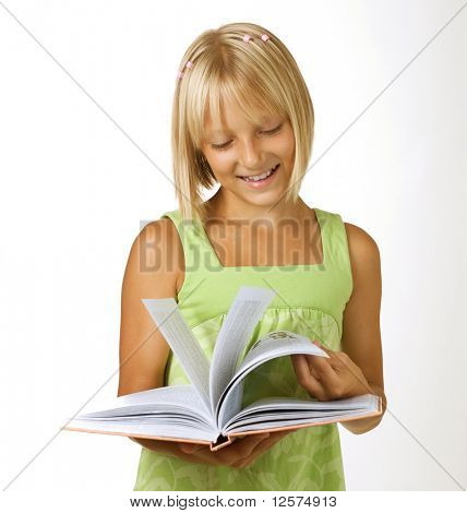 Muchacha de la escuela leyendo el libro