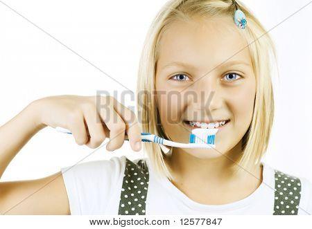 Gesunde Zähne. Mädchen, die ihre Zähne putzen