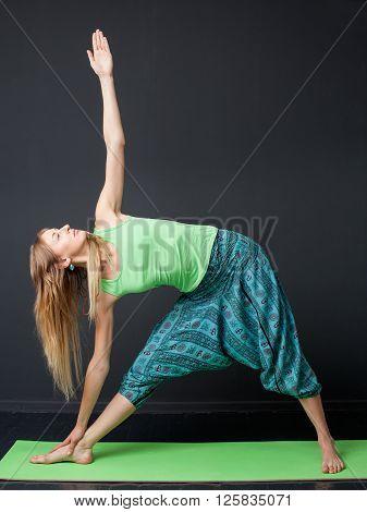 Yoga. Utthita Trikonasana