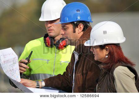 Vergadering op een bouwplaats