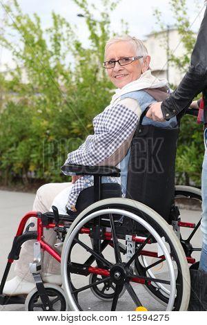 Mulher sênior em uma cadeira de rodas