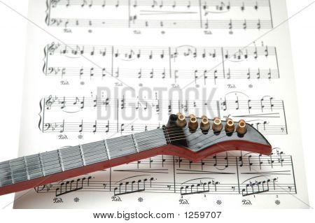 Rock Guitar sobre la hoja de música impresa