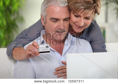 Senior Couple machen online-Käufe