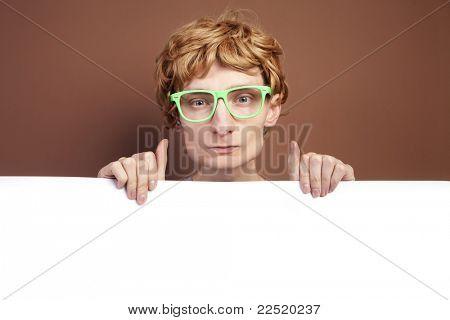 Cara engraçado com cartão em branco