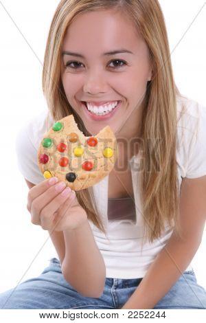 Mädchen essen Cookie