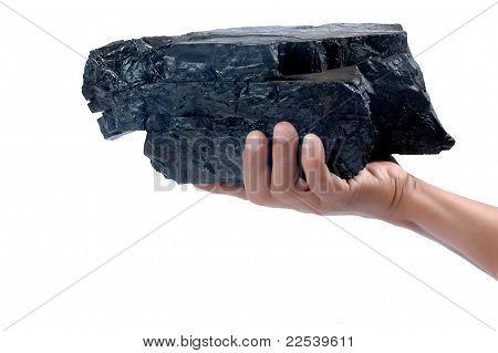 Hombre mano sosteniendo un trozo grande de carbón
