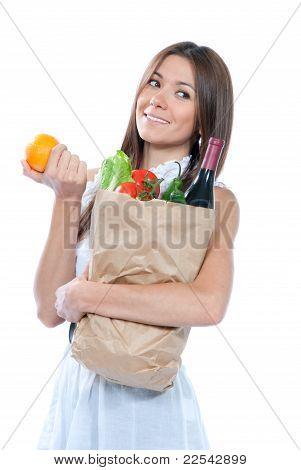 Bolso de mujer sosteniendo un papel comercial lleno de tiendas de comestibles