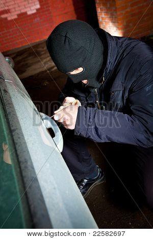 ladrão e ladrão rouba o carro