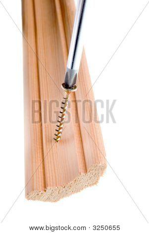 Schraubendreher und einzigen Schraube im Vollpension, isoliert