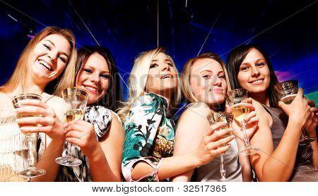 Un grupo de jóvenes en el club