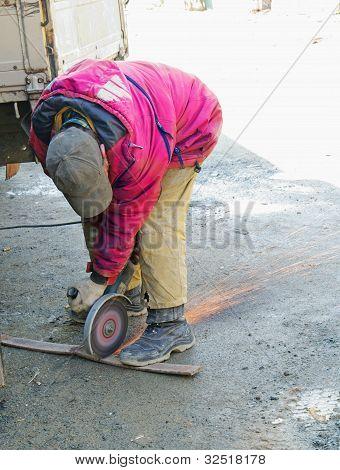 Arbeiter schneiden Metall