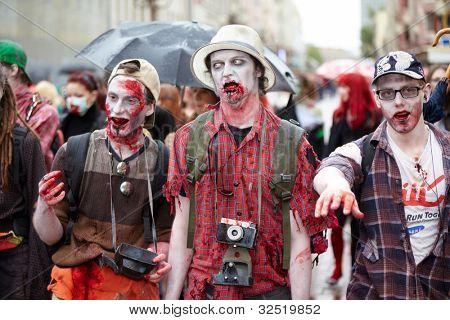 Moscú - 14 de mayo: Vampiros tres participantes no identificados en el Zombie Walk en Old Arbat, 14 de mayo de 2011,