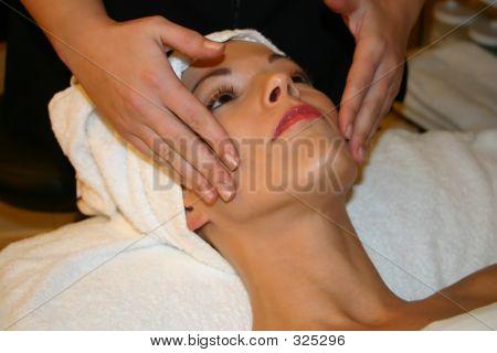 Mujer recibe Facial