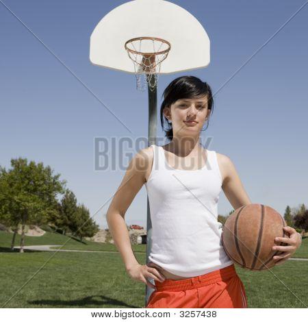 Teen Girl am Basketballplatz