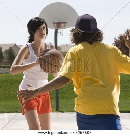 Adolescentes juego baloncesto