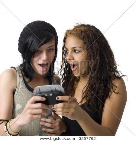 zwei Mädchen teilen Handy