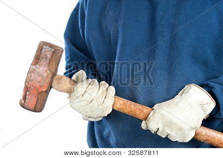 Um homem vestindo luvas de couro velho detém uma marreta pesada.  Imagem é isolada para conveniência de designer