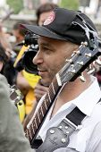 NUEVA YORK - el 1 de mayo: Guitarrista de Rage Against The Machine Tom Morello entre la multitud de la Guita de ocupar