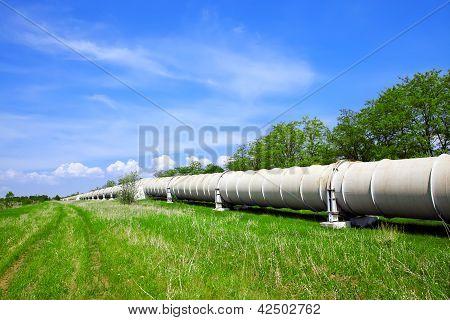 Tubulação industrial com óleo e gás