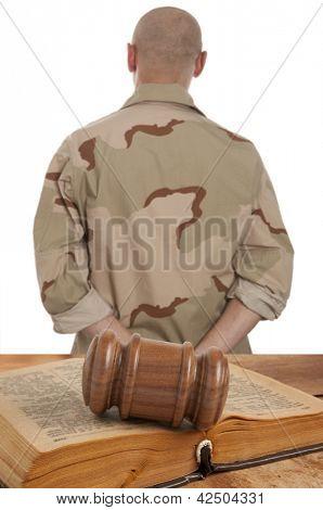 Soldado em tribunal isolado no branco