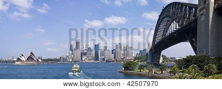Mostrando el Sydney Harbour Bridge y la ópera de Sydney Harbour