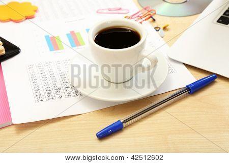 Taza de café en el primer plano de escritorio de oficina