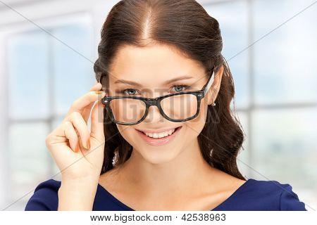 Closeup Bild der schönen Frau in Brillen