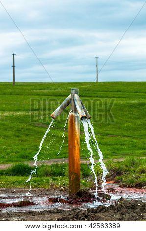 Agua que fluye de toque al aire libre y conseguir perdido