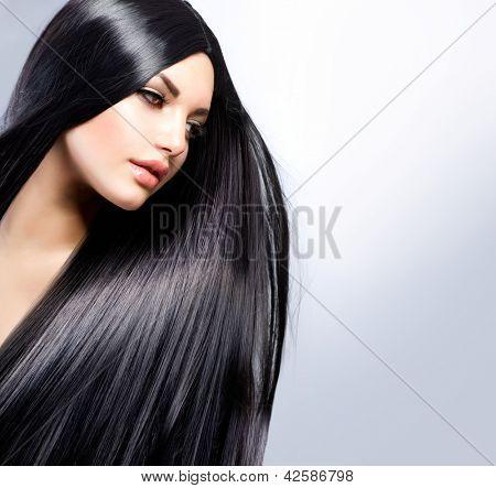 Cabello. Hermosa chica morena. Pelo largo sano. Mujer modelo de belleza. Peinado