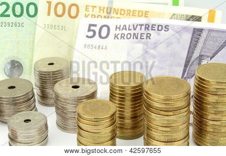 Coronas danesas, billetes y monedas apiladas