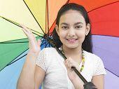 Постер, плакат: Девушка индийского происхождения зонтик Радуга