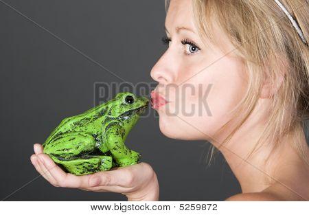 Schuß von einem ziemlich blonde Mädchen küssen einen Frosch