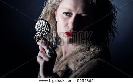 Schuss ein Vintage Stil weiblich in Pelz überprüfen ihr Make-up