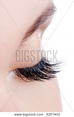 Mujer ojo con pestañas postizas largas