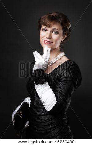 respektable Frau in weiße Handschuhe