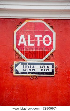 stop and one way signs in spanish alto una via