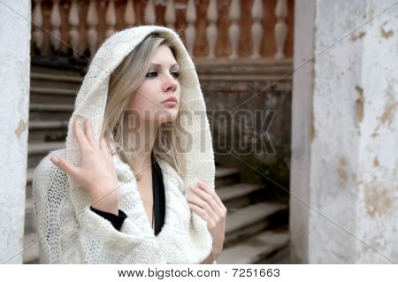 A menina pensativa em vestido de malha