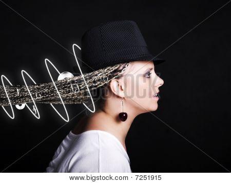 Mulher com notas e disco em tranças