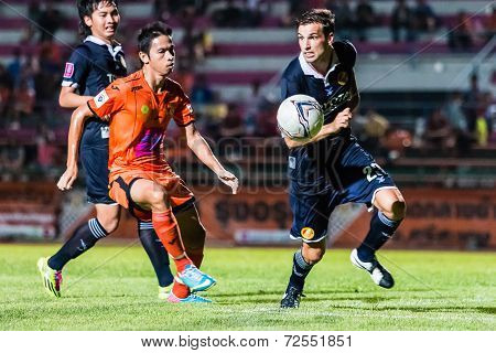 Sisaket Thailand-september 21: Piyawat Thongman Of Sisaket Fc. (orange) In Action During Friendly Ma