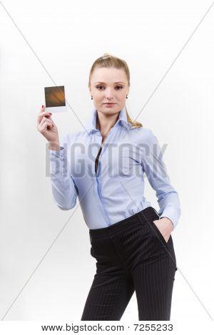 Bela mulher segurando um espaço em branco