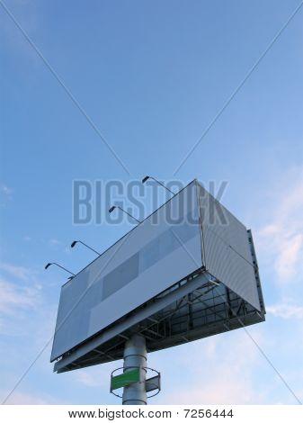 Leere Werbung Board am blauen Himmel