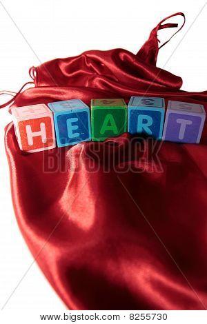 Corazón Letras bloques en vestido de noche de seda