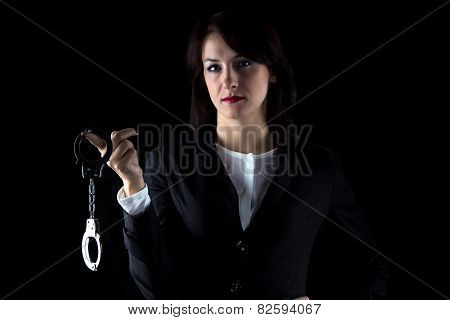 Photo serious business woman withpair of handcuffs