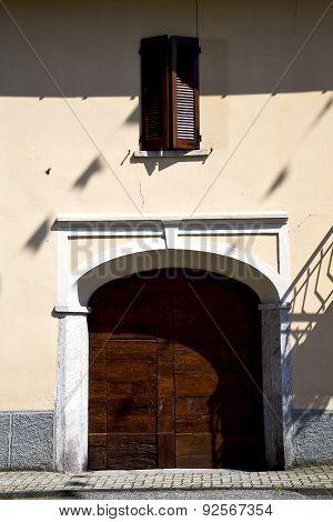 Brown Door  Europe      In  The Milano Old   Window Closed Brick Terrace