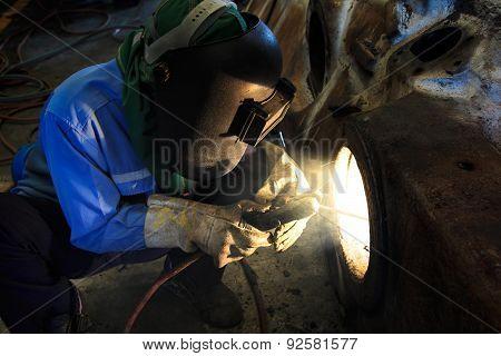 Welder is repair frame by shield metal arc welding