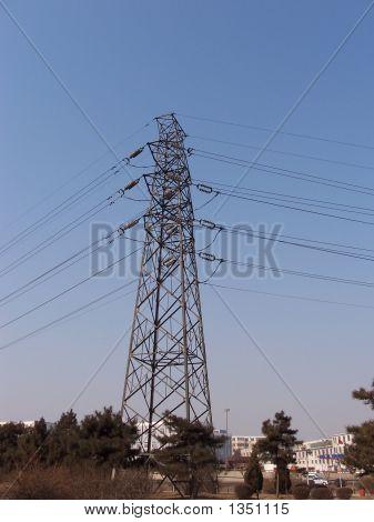 hohen Pylon unter blauen Himmel im winter