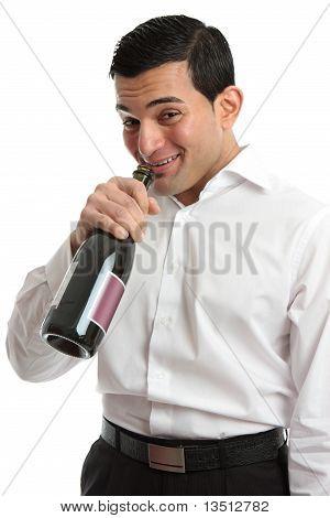 Alkohol-Missbrauch-Mann trinkt aus Weinflasche