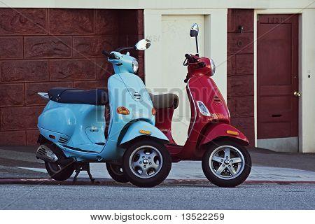 Dos motos en la calle cuesta abajo en San Francisco